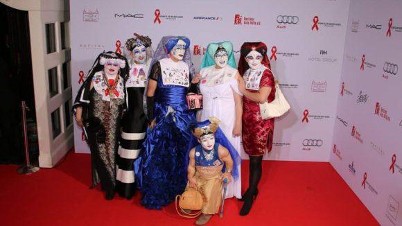 """Diese sechs, äh, Damen zählen sich zu den """"Schwestern der perpetuellen Indulgenz"""". Es handelt sich dabei um einen von den Mitgliedern so bezeichneten Orden, der sich unter anderem für schwule, lesbische und Transgender-Projekte und gegen Aids einsetzt."""