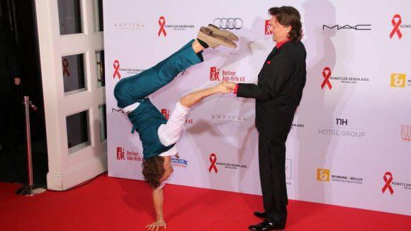Handstand-Akrobat Mirko Köckenberger zeigt schon vor seinem Auftritt auf der Bühne, was er drauf hat.