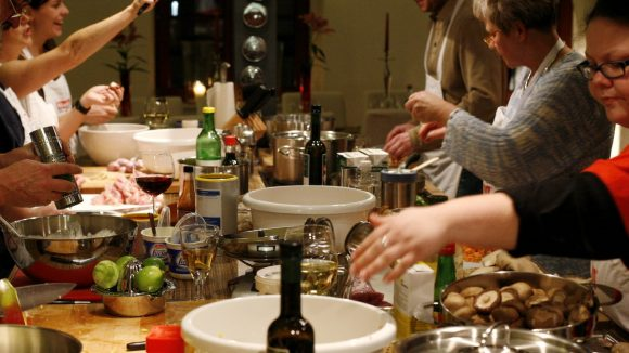 Gemeinsam kochen verbindet, macht Spaß und sorgt für ein köstliches Ergebnis.