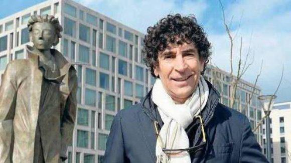 """Koffer in Berlin. """"Partenza"""" (Abreise) heißt die Skulptur von Künstler Giampaolo Talani, die jetzt amHauptbahnhof steht."""