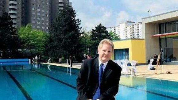 Aber nächstes Mal mit Badehose! Ole Bested Hensing ist froh, dass das Neuköllner Bad wieder öffnet. Investiert wurden 16 Millionen Euro.