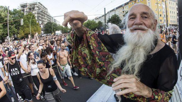 Eigentlich tanzt Techno-Opa Komet Bernhard durch Berlin, so wie hier beim Zug der Liebe. Jetzt zieht es ihn nach Amerika.