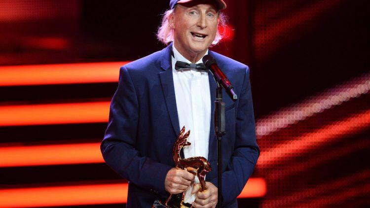 """Komiker Otto Waalkes freut sich in Berlin bei der 67. Bambi-Verleihung über den Preis in der Kategorie """"Comedy"""". Zur Gala waren rund 800 prominente Gäste aus Film, Show, Politik und Musik geladen."""