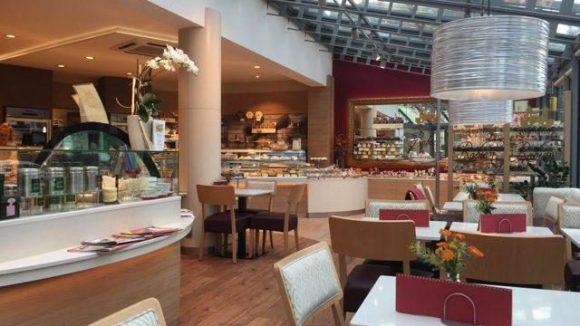 Auch zum Sitzen gibt es im Café-Bereich Platz.