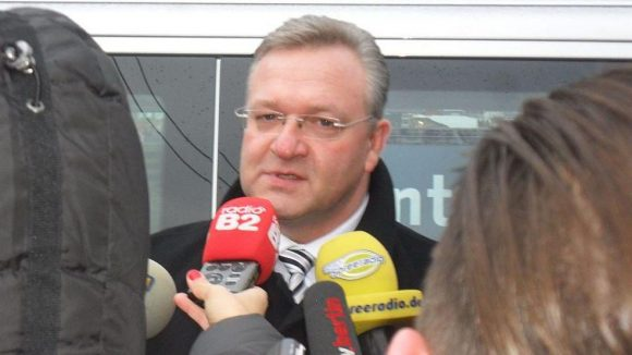 Innensenator Frank Henkel verspricht sich durch die verstärkte Polizeipräsenz mehr Sicherheit.
