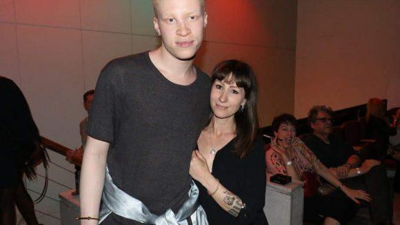 Bei einer Vernissage im Konzulát in der Leipziger Straße bewiesen Albino-Model Shaun Ross und Designerin Nina Athanasiou, dass Mode und Kunst eine tolle Einheit bilden.