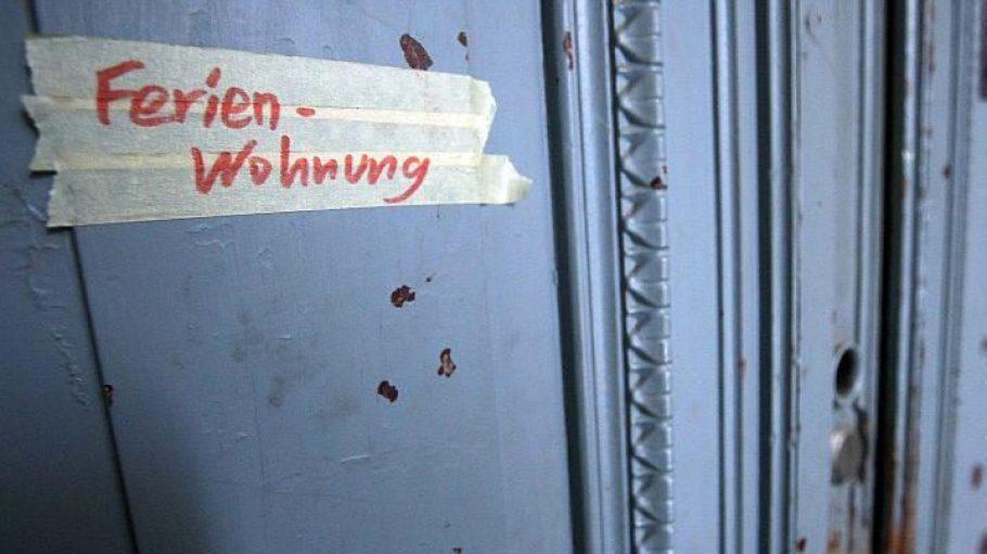 Immer mehr Mietwohnungen werden in Berlin als Ferienquartier zweckentfremdet. Der Aufkleber stammt von einer Aktion der Piratenpartei im Dezember 2012.