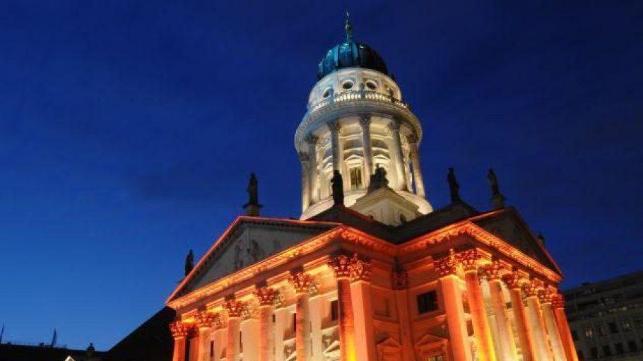 Beim Festival of Lights, das bereits zum achten Mal stattfindet, werden bekannte Wahrzeichen Berlins, wie hier der Französische Dom, in atmosphärisches Licht gehüllt.