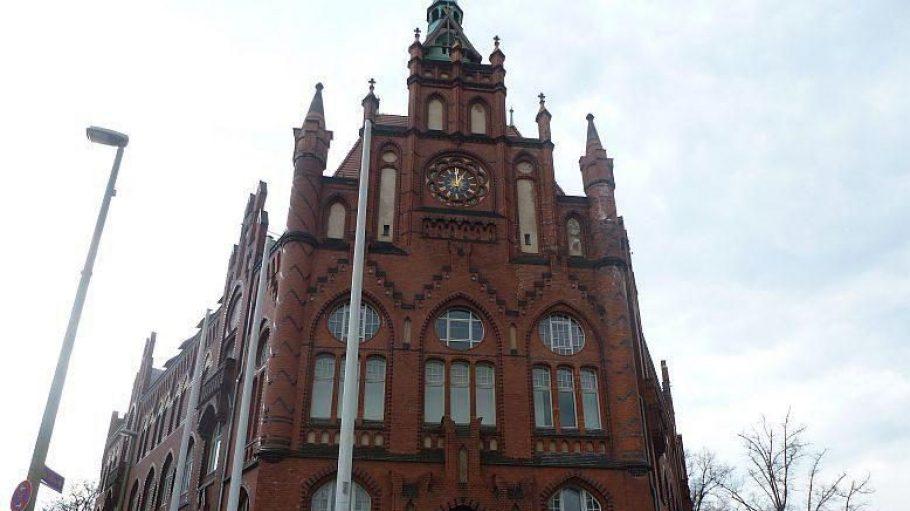 Imposant: Das Rathaus Lichtenberg ist ein neogotisches Backsteingebäude, das schon Ende des 19. Jahrhunderts entstanden ist. Es befindet sich in der Möllendorffstraße6, ganz in der Nähe des S-Bahnhofs Frankfurter Allee.