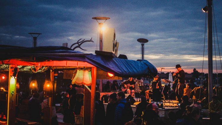 Auf zu neuen Dächern! Unter diesem Motto können wir ab Donnerstag endlich wieder Aussicht, Musik und Drinks auf dem Klunkerkranich genießen.