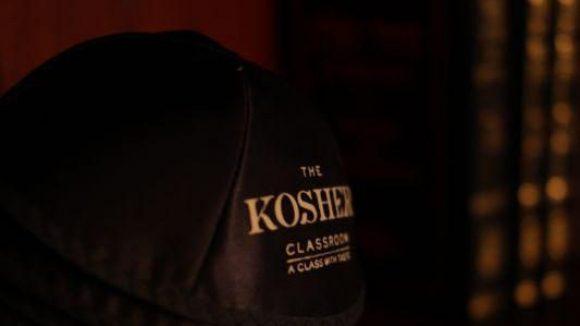 """Kippot mit Stil: Die jüdische Kopfbedeckung für die Gäste des """"Kosher Classroom"""" gibt's inklusive Statement. Demnach dürfte, wer hier speist, mit Geschmack gesegnet sein. Die Speisekarte wird auch Veganern zusagen. Ein Vier-Gänge-Menü kostet 75 Euro."""