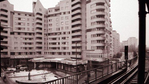 """Kottbusser Tor in Kreuzberg, 1991. Blick von der U-Bahn-Station Kottbusser Tor auf die südliche Seite des gleichnamigen """"Platzes""""."""