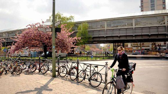 Frühling am Kottbusser Tor in Kreuzberg. Noch ist der Platz ein Unfallschwerpunkt für Radfahrer.