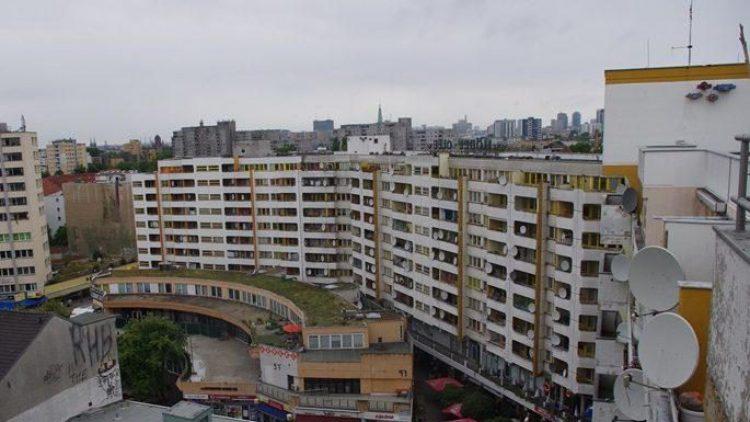 Ein unüberschaubarer Block, nicht nur im physischen Sinne, auch was die sozialen Strukturen angeht. Die meisten kennen das Zentrum Kreuzberg sowieso nur von unten.