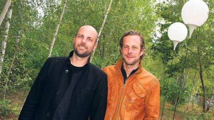 """Kreative Brüder. Christopher (li.) und Marc Bauder wollen mit ihrer """"Lichtgrenze"""" die Mauer entschweben lassen. Fürs Foto haben sie zwei der 8000 Ballonstelen aufgebaut, die am Abend des 9. November leuchtend abheben sollen."""