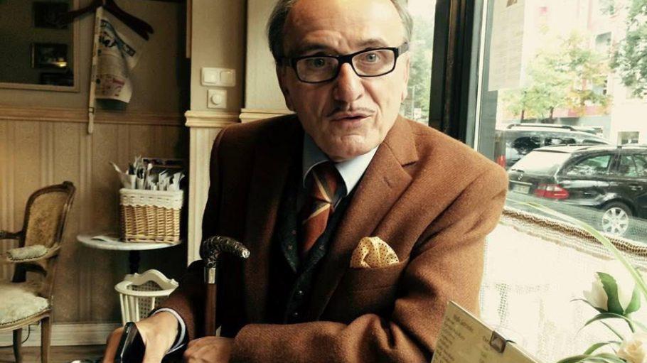 Adliger als ein echter Graf? Künstler Lo Graf von Blickensdorf sitzt Gerlinde Jänicke im Kredenz Café gegenüber.