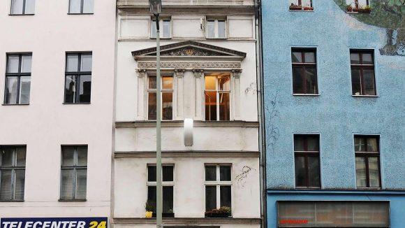 """Zwischen zwei """"normal"""" großen Mietshäusern fügt sich das Haus in die 1860 bei der Neuparzellierung der Luisenstadt einfach übrig gebliebene Lücke."""