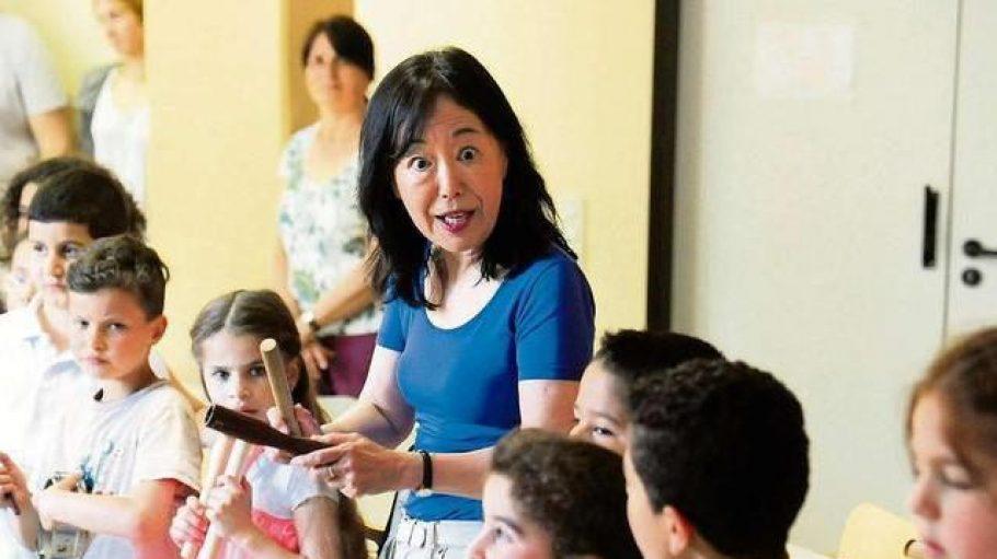 Komponistin Mayako Kubi mit den Kreuzberger Schülern.
