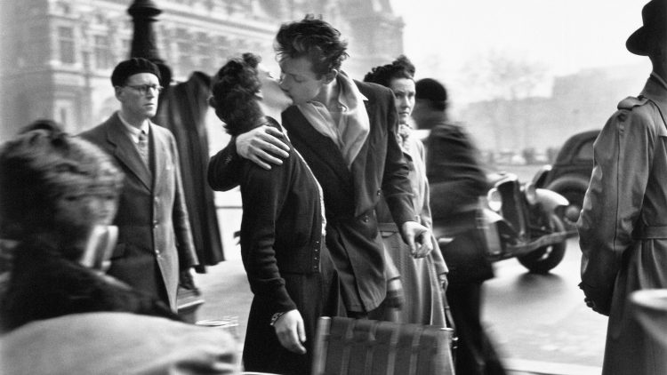 Noch bis 5. März kannst du dir Werke des bekannten französischen Fotografen Robert Doisneau anschauen. Sein berühmtestes Bild trägt den schönen Titel: Le Baiser de l'Hôtel de Ville.