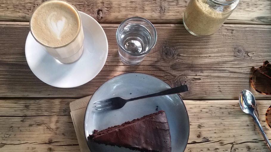Schmeckt wie ein großer, saftiger Brownie: der Schokokuchen im Kaffekirsche.