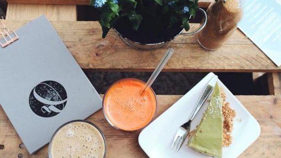 Für alle Naschkatzen: Im Café Wanderlust gibt es nicht nur gesunde Rohkosttorten und vegane Kuchen, sondern auch klassischen Cheesecake.
