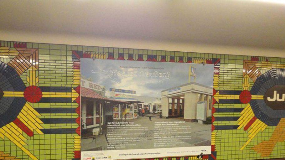 """Werbung für das Projekt """"Kunst im Untergrund"""" im U-Bahnhof Jungfernheide."""