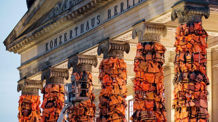 Ai Weiwei verhüllt die Säulen des Konzerthauses am Gendarmenmarkt mit 14.000 Rettungswesten