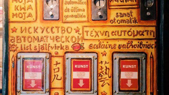 Kunst auf Knopfdruck gibt es zum Beispiel für 2x2 Euro im Kunstautomaten im Turandot in der Bergmannstraße in Kreuzberg.