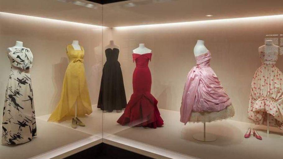 Kleider der 1960er Jahre von Jean Patou, Christóbal Balenciaga und Jean Dessès in der Modegalerie des Kunstgewerbemuseums.