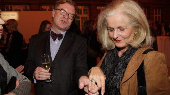 Kulturstaatssekretär André Schmitz führte den Ring von Alexandra Oetker, Ehefrau von Konzernchef August Oetker Junior, vor.