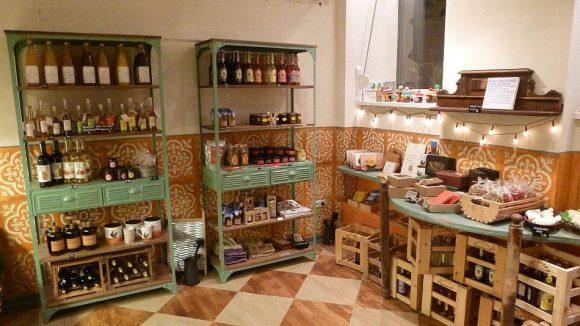 Kunst&Käse verkauft auch Getränke, Marmelade und einige Haushaltsutensilien.