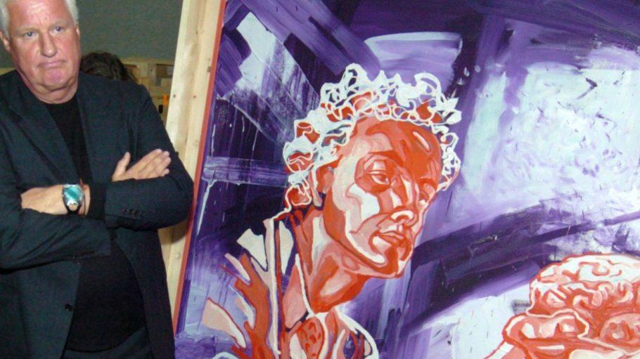 """Der Kunstsammler Friedrich Christian Flick im Museum Hamburger Bahnhof vor dem Gemälde """"Der junge progressive Arzt"""" von Martin Kippenberger. Seine Sammlung ist ein Touristenmagnet."""