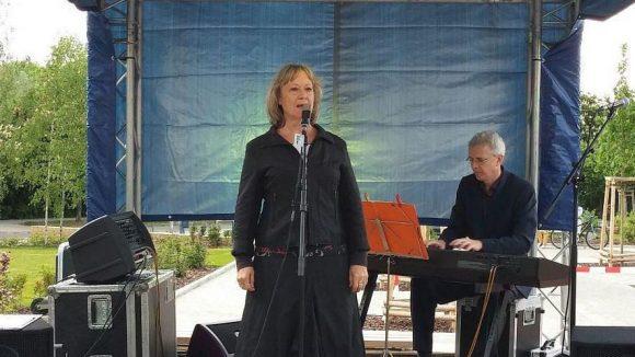Was wäre ein Kurt-Weill-Platz ohne Musik? Bei der Einweihung sang Barbara Kellerbauer Lieder aus der Dreigroschenoper.