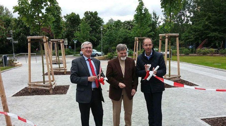 Offiziell eröffnet wurde der Kurt-Weill-Platz durch Wolf Schulgen, Abteilungsleiter der Senatsverwaltung für Stadtentwicklung, Prof. Dr. Walter Londong und Bezirksstadtrat Christian Gräff (v.l.). Allerdings war das Areal bereits einige Zeit zuvor fertiggestellt und zugänglich.