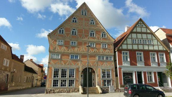 Eines der schönsten Fachwerkhäuser von Kyritz steht auf der Westseite des Marktplatzes in der Johann-Sebastian-Bach-Straße.