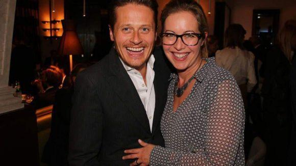 Auch Schauspieler Roman Knizka kam mit Ehefrau Stefanie Mensing.