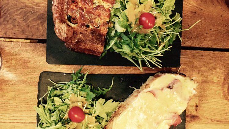 Der Käse-reiche Croque Monsieur ist eine Sünde wert, die Quiche gibt sich vegetarisch gesund.