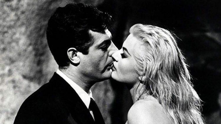 """Ein filmreifer Kuss und Schlüsselszene in Fellinis Klassiker """"La Dolce Vita"""", in dem sich Marcello Mastroianni und Anita Ekberg vorm Trevibrunnen nicht nur tief in die Augen schauen."""