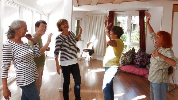 Monika, Monika, Vera, Christine und Ursula Stöhr (von links) beim Lachyoga. Monika (zweite v.l.) ist das erste Mal dabei, Christine (zweite v.r.) hingegen schon 9 Jahre.