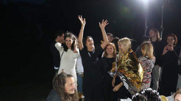 Und auch Labelmacherin Leyla freute sich im Kreis von Freundinnen und Mitarbeiterinnen.
