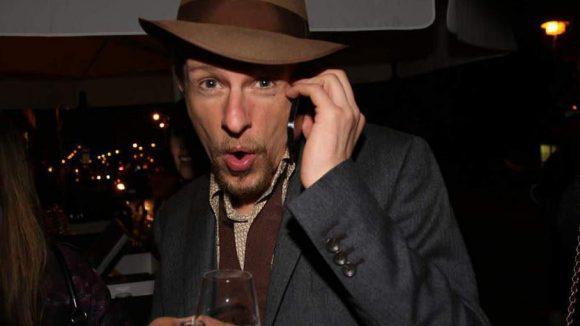 Auch Schauspieler Alexander Scheer (u.a. Volksbühne) zieht den Hut. Oder zumindest fast.