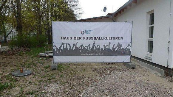 Das Haus der Fußballkulturen am Jahn-Sportpark in Prenzlauer Berg ist in erster Linie ein Treff für junge Fußballfans. Auch die Mitarbeiter des Fan-Projekts Berlin haben hier ihre Büros.