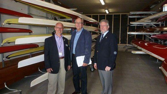 Auch für diese Bootslagerhalle der Ruder-Union gab es Lotto-Mittel vom LSB. Dessen Präsident Böger steht hier zwischen zwei Vorstandsmitgliedern des Vereins.