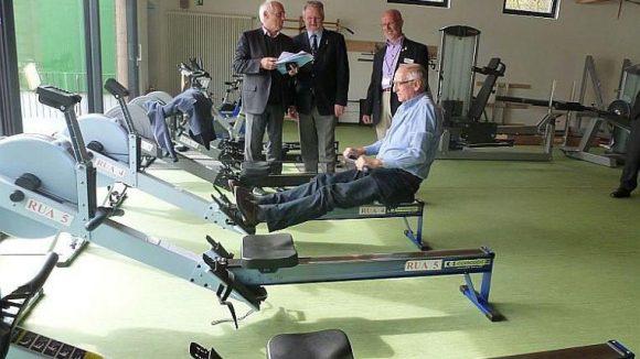 LSB-Präsident Klaus Böger (Vordergrund) probiert den aus Lotto-Mitteln mitfinanzierten Kraftraum der Ruder-Union Arkona in Gatow aus.