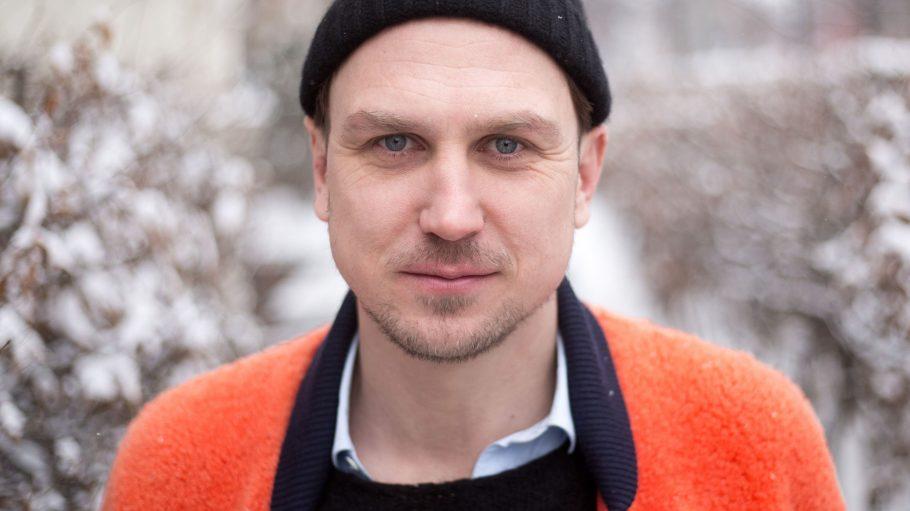 """Lars Eidinger liest mit Kollegen in der Schaubühne """"Gegen Hass und Angst – für Mitmenschlichkeiten""""."""