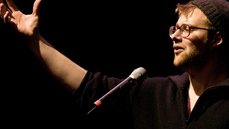 Wahl-Berliner, Dichter und Poetry Slammer Lars Ruppel ist heute wieder live in Neukölln zu sehen. Und das in guter Begleitung.