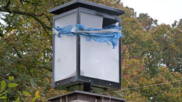 Nachdem der Arnswalder Platz im Bötzowviertel vor zwei Jahren für 1,3 Millionen Euro vom Bezirk saniert wurde, stellte sich Stillstand ein: Über diese kaputte Laterne wurde einfach ein blauer Müllsack gehängt, anstatt sie zu reparieren.