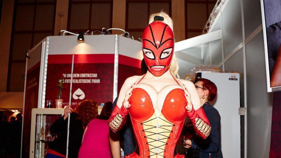 """Die Latex-""""Lady in Red"""" posiert in den Messefarben. Für mehr Bilder klick' dich im Artikel durch die Slideshow!"""