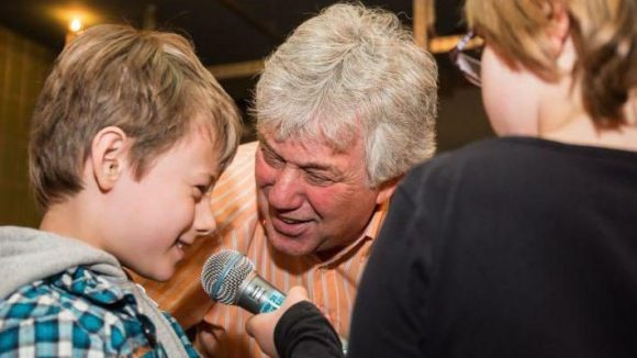 Singen mit Rolf Zuckowski - ein Höhepunkt beim Laughing Hearts e.V. Osterfest.