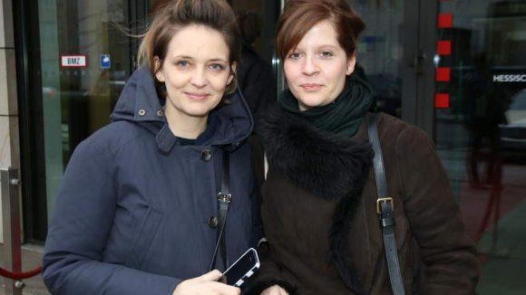 """Auf dem roten Teppich der Hessischen Landesvertretung: Schauspielerin Laura Tonke (li.) und Regisseurin Sonja Hess, die zusammen die Tragikomödie """"Hedi Schneider"""" gedreht haben."""